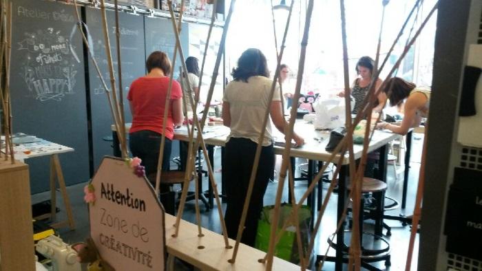 Les participantes toutes très concentrées sur la customisation du petit vanity en coton.