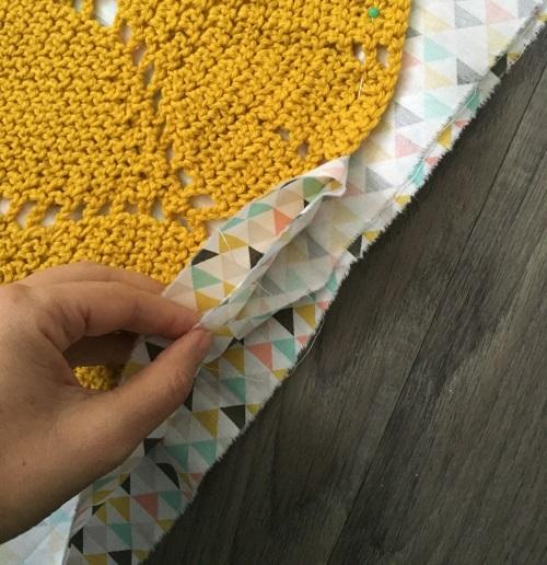coussin-crochet-tissu-dessous-plie