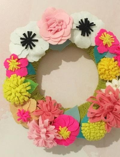 Mettre de la couleur avec une couronne de fleurs