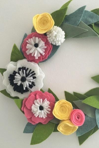 Une couronne de fleurs printanière