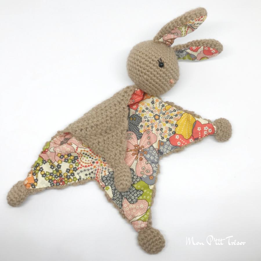 Queue de coton le lapin - Patron de crochet Amigurumi | 900x900